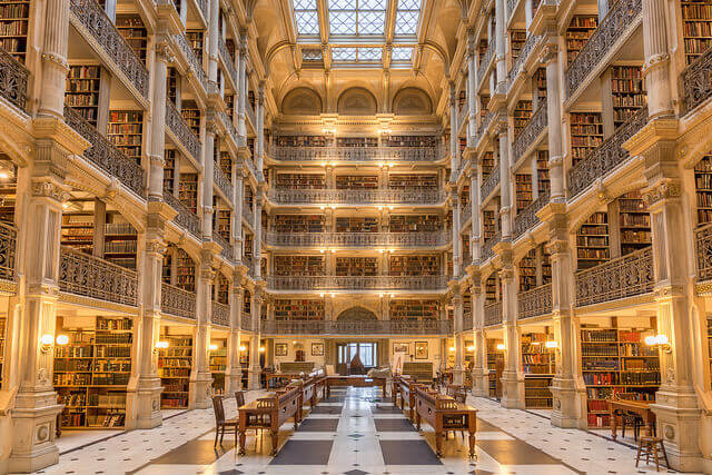暖かな光につつまれた図書館の吹き抜け部分
